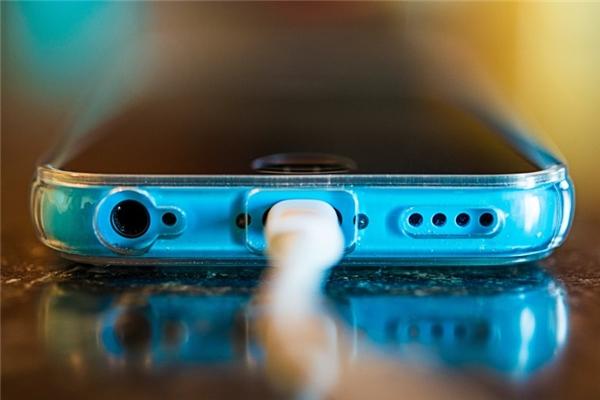 sạc pin iphone đúng cách nhất bạn nên biết